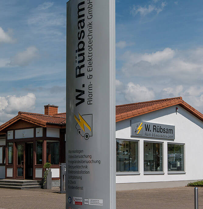 Pylon und beleuchtete Außenwerbung am Gebäude Rübsam Landau